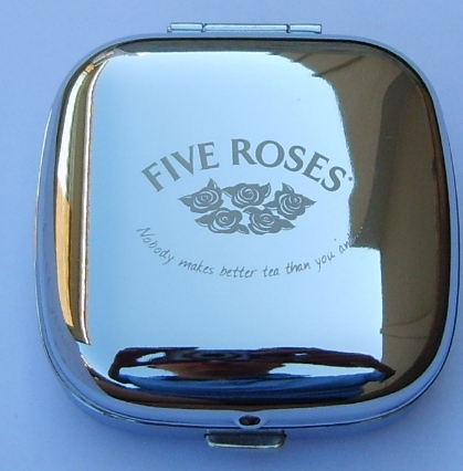 stainless-steel-pop-up-desk-clock-five-roses-logo